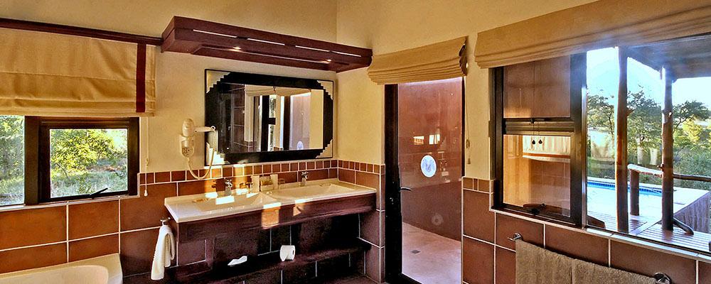 Bathroom and Outside Shower: Makubela